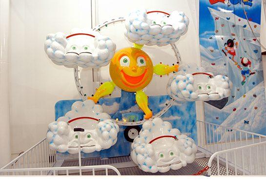 A Roda gigante temática com o astro rei entre  as nuvens