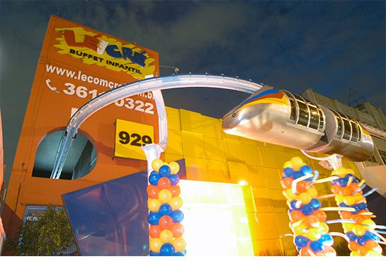 O monorail que sai para a fachada é uma grande atração