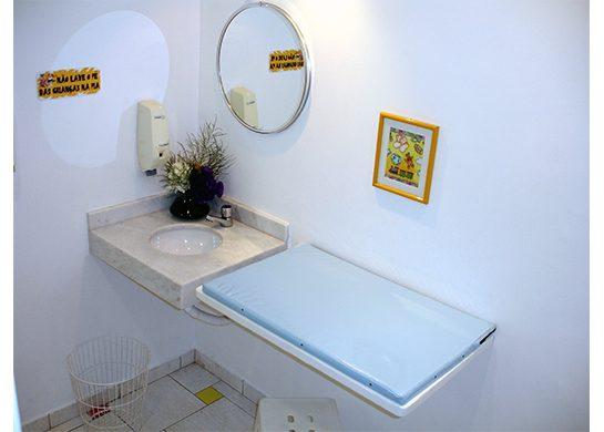 Fraldário, no sanitário feminino praticidade para os pais