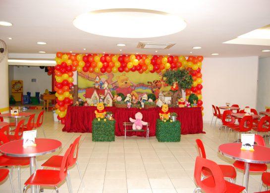 Mesa decorada em local de destaque. O tema que o aniversariante escolhe realizando seu sonho.